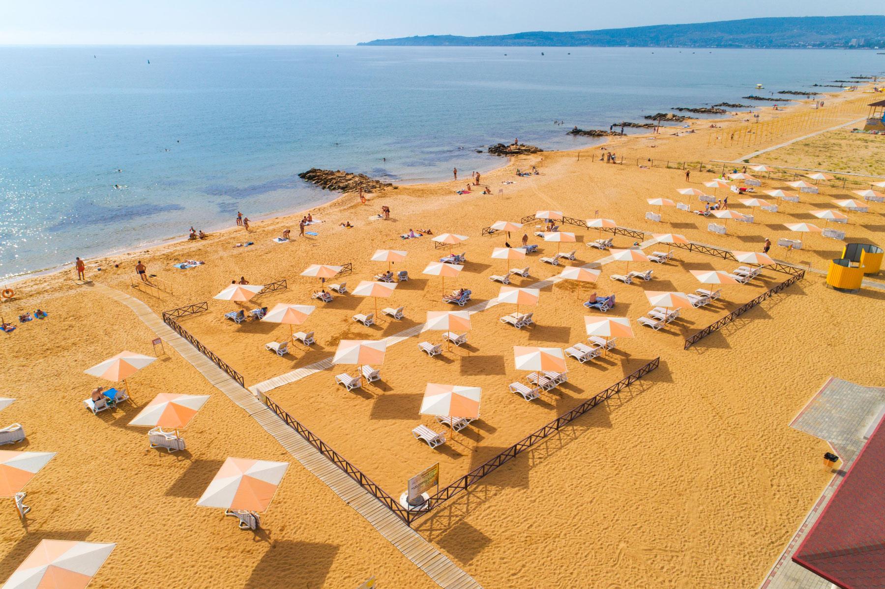 Песчаный Золотой пляж в Феодосии